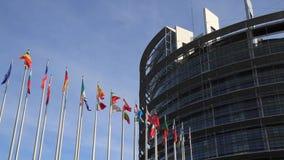 Banderas delante del edificio del parlamento de la unión europea en Estrasburgo, Francia almacen de video