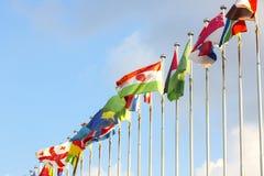 Banderas en astas de bandera Fotos de archivo libres de regalías