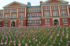 Banderas en el césped del Frank D Walker Building, Marlboro, masa, el 11 de septiembre de 2014 Fotografía de archivo libre de regalías