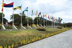 BANDERAS EN EL CENTRO DEL MUNDO, ECUADOR Imagenes de archivo
