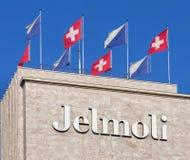 Banderas en el edificio de Jelmoli Imagen de archivo libre de regalías