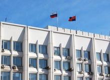 Banderas en el edificio de la administración de Krasnoyarsk Imagen de archivo libre de regalías