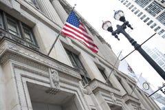 Banderas en el edificio del condado fotos de archivo
