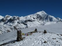 Banderas en el Himalaya, Chulu del rezo del oeste foto de archivo libre de regalías