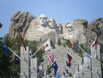 Banderas en el monumento nacional del monte Rushmore Imágenes de archivo libres de regalías