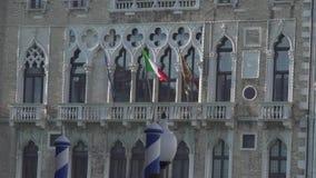 Banderas en la fachada de un palacio en Venecia almacen de video