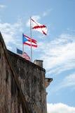 Banderas en la pared del fuerte Fotos de archivo