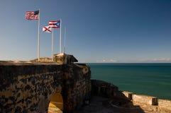Banderas en la pared del fuerte Foto de archivo