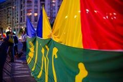 Banderas en la protesta, Bucarest, Rumania Imagen de archivo