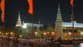 Banderas en las calles de Moscú Celebración del día de la victoria Opinión de la noche almacen de metraje de vídeo