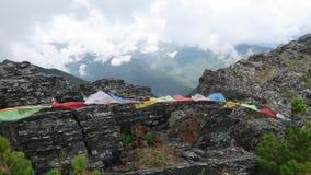 Banderas en las montañas de Altai, canto del rezo de la montaña de Katun Rusia almacen de metraje de vídeo