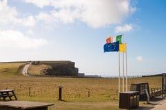 Banderas en los acantilados de Moher Fotografía de archivo libre de regalías
