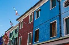 Banderas en los edificios coloridos de Burano Fotografía de archivo libre de regalías