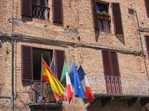 Banderas en Sienna Balcony, Italia fotos de archivo libres de regalías