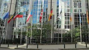 Banderas europeas de las sindicalistas, construcción de las jefaturas del parlamento almacen de metraje de vídeo