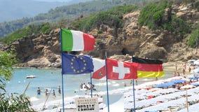 Banderas europeas en una playa mediterránea, isla de Elba, Italia Foto de archivo