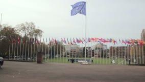 Banderas europeas que flotan delante del Consejo Europeo almacen de video