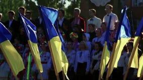 Banderas festivas ucranianas coloridas en nacional almacen de metraje de vídeo