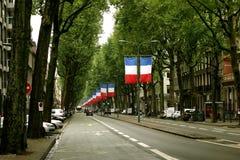 Banderas francesas en el bulevar imagen de archivo libre de regalías