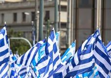 Banderas griegas que agitan imagen de archivo
