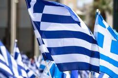 Banderas griegas que agitan imagenes de archivo