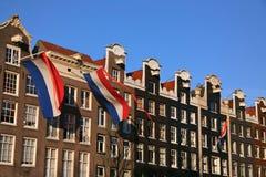 Banderas holandesas en casas del canal Fotos de archivo libres de regalías
