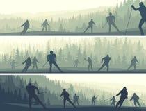 Banderas horizontales de esquiadores en bosque conífero de las colinas. libre illustration