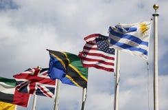 Banderas internacionales en el frente de la sede de Naciones Unidas en Nueva York Imagen de archivo libre de regalías