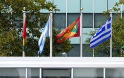 Banderas internacionales en el frente de la sede de Naciones Unidas en Nueva York Fotografía de archivo libre de regalías