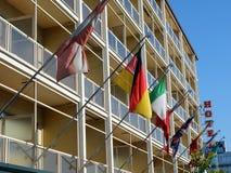 Banderas internacionales en el hotel suburbano, Roma Imágenes de archivo libres de regalías