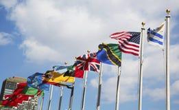 Banderas internacionales en la sede de la O.N.U Imagen de archivo libre de regalías