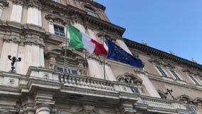 Banderas italianas y europeas vawing junto en palacio del gobierno almacen de metraje de vídeo