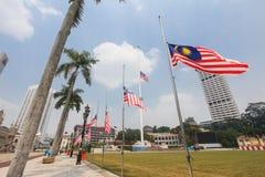 Banderas malasias en el medio palo después del incidente MH17 Fotos de archivo