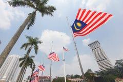 Banderas malasias en el medio palo después del incidente MH17 Imagen de archivo libre de regalías