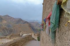 Banderas multicoloras con las muestras tibetanas del rezo Foto de archivo libre de regalías