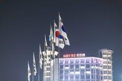 Banderas nacionales de Corea en Dongdaemun foto de archivo