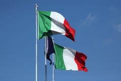 Banderas nacionales de Italia y de una bandera de la unión europea Fotos de archivo libres de regalías