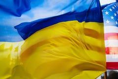 Banderas nacionales de Ucrania y de los Estados Unidos Foto de archivo