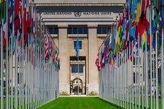 Banderas nacionales en la entrada en oficina de la O.N.U en Ginebra, Switzerla Imagen de archivo libre de regalías