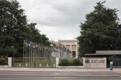 Banderas nacionales en la entrada en oficina de la O.N.U en Ginebra, Suiza imagen de archivo libre de regalías