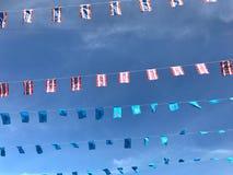 Banderas nacionales y su majestad Queen Sirikit de Tailandia en azul unos fotografía de archivo libre de regalías