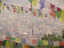 Banderas nepalesas con rezos Fotos de archivo