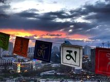 Banderas nepalesas en la puesta del sol de la ciudad fotografía de archivo