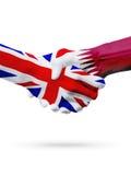 Banderas países de Reino Unido, Qatar, concepto del apretón de manos de la amistad de la sociedad Imagenes de archivo