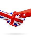Banderas países de Reino Unido, Turquía, concepto del apretón de manos de la amistad de la sociedad imágenes de archivo libres de regalías