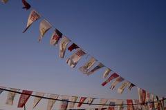 Banderas políticas que vuelan en los vientos costeros de Estambul imagen de archivo