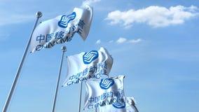 Banderas que agitan con el logotipo de China Mobile contra el cielo, representación editorial 3D Fotos de archivo