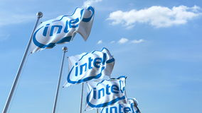 Banderas que agitan con el logotipo de Intel contra el cielo, representación editorial 3D stock de ilustración