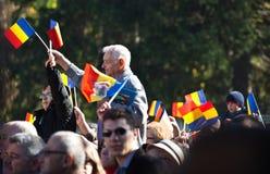 Banderas que agitan de la muchedumbre rumana imágenes de archivo libres de regalías