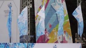 Banderas que agitan de la retransmisión de antorcha de Paralympic almacen de video